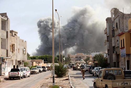 دود ناشی از انفجار در درگیری بین نیروهای دولتی لیبی و تروریست های داعش – شهر سرت لیبی