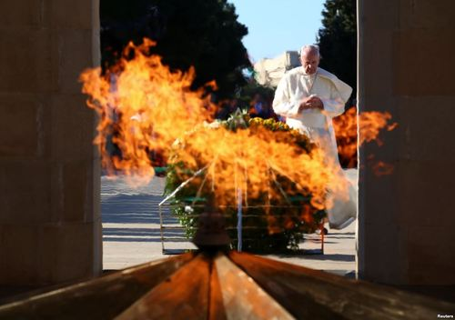 ادای احترام پاپ فرانسیس به بنای یادبود قهرمانان جنگ در پایتخت جمهوری آذربایجان