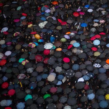 تظاهرات هزاران فعال حقوق زنان در هوای بارانی شهر ورشو لهستان در اعتراض به قانون جدید ممنوعیت سقط جنین – ورشو و بروکسل