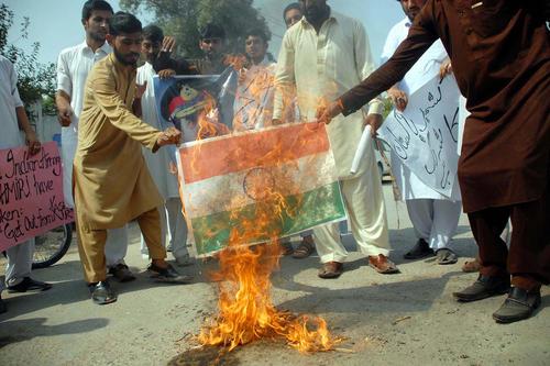 سوزاندن پرچم هند در تظاهرات پاکستانی ها علیه سیاست های دولت هند در کشمیر – پیشاور