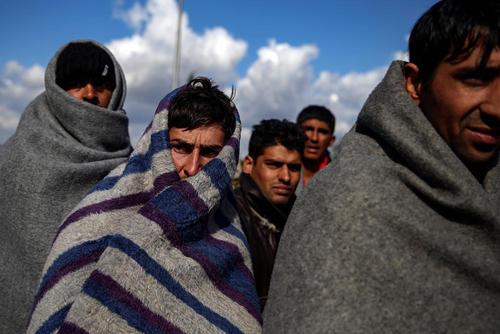 با سرد شدن هوا در صربستان پناهجویان پتو به دور خود پیچیده اند