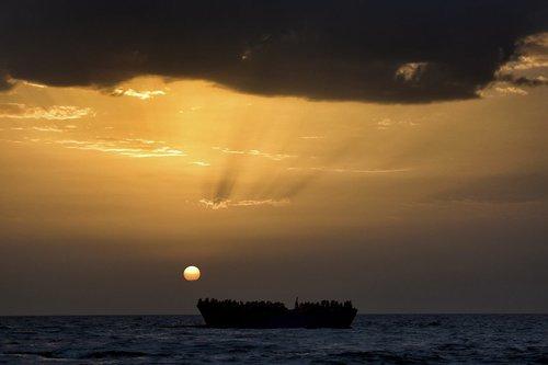 نجات پناهجویان آفریقایی از قایق در سواحل شمال لیبی در مدیترانه