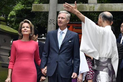 بازدید پادشاه بلژیک و همسرش از معبدی در توکیو
