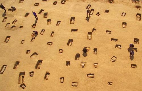 کشف یک گورستان متعلق به 2 هزار سال پیش با بیش از 100 قبر در چین