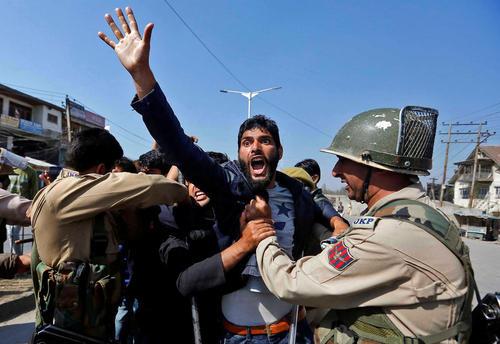 مقابله پلیس هند با یک دسته عزاداری شیعیان در کشمیر