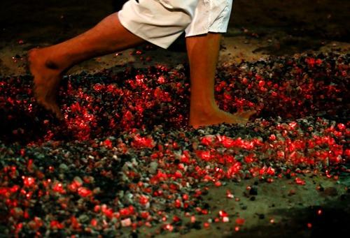 راه رفتن شیعیان میانماری از روی زغال گداخته در مراسم عزاداری محرم – یانگون