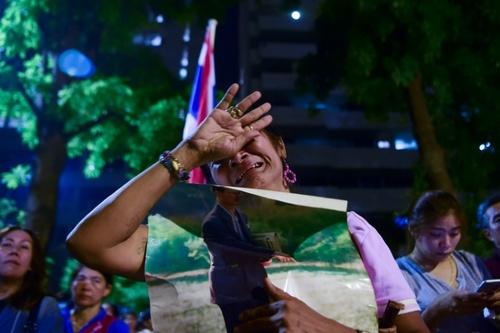 گریه کردن یک زن تایلندی بعد از انتشار خبر رسمی مرگ پادشاه تایلند در سن 88 سالگی - خبرگزاری فرانسه