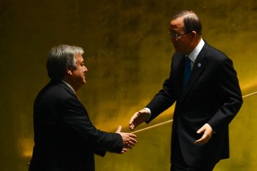 دست دادن بان کی مون دبیرکل فعلی سازمان ملل متحد و آنتونیو گونترش دبیرکل جدید سازمان ملل پس از تایید دبیرکلی اش در رای گیری مجمع عمومی - خبرگزاری فرانسه