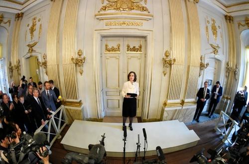 سارا دانیوس رئیس اکادمی نوبل سوئد در استکلهم در حال اعلام برنده امسال نوبل ادبیات یعنی باب دیلان  خواننده، نویسنده و شاعر آمریکایی - خبرگزاری فرانسه