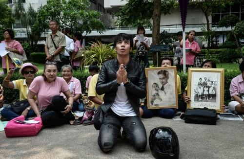 شهروندان تایلندی در حال دعا و نیایش برای بهبود حال پادشاه تایلند در مقابل بیمارستان محل بستری پادشاه. این عکس قبل از درگذشت پادشاه گرفته است - خبرگزاری فرانسه