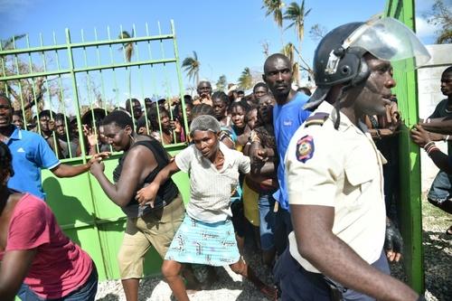 تلاش برای دریافت کمک های غذایی در جزیره طوفان زده هائیتی در آمریکای مرکزی . طوفان در این کشور بیش از 800 کشته بر جای گذاشت- خبرگزاری فرانسه