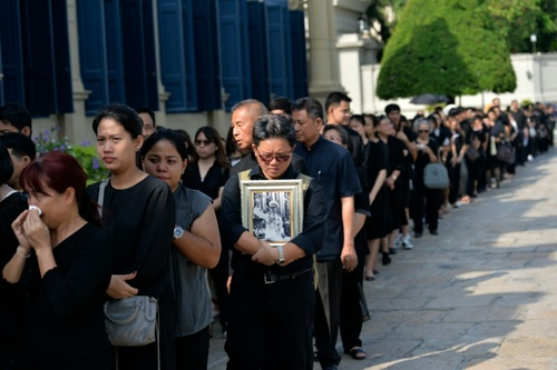 شهروندان تایلندی سیاه پوش در عزای درگذشت پادشاه این کشور - خبرگزاری فرانسه