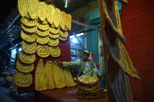 یک نانوایی در شهر لشکرگاه افغانستان