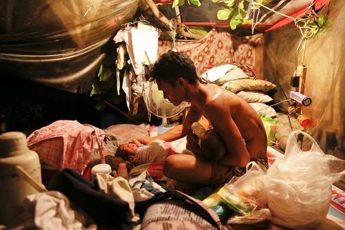 زندگی یک خانواده در چادری در گورستان شمالی شهر مانیل فیلیپین