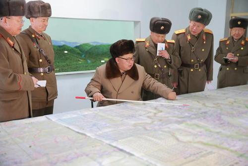 رهبر کره شمالی در بازدید از اتاق عملیات یک واحد نظامی ارتش کره شمالی در شهر پیونگ یانگ