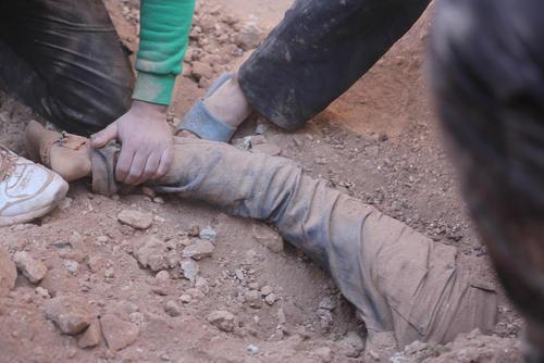 بیرون کشیدن اجساد از زیر آوارهای بمباران هوایی در مناطق روستایی حومه شهر حلب سوریه