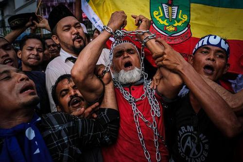 تظاهرات مسلمانان مهاجر روهینگایی ساکن مالزی در مقابل سفارت میانمار در شهر کوالالامپور در اعتراض به نقض فاحش حقوق مسلمانان روهینگایی در میانمار