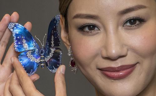 نمایشگاه بین المللی طلا و جواهر در هنگ کنگ. در نمایشگاه امسال حدود 260 میلیون دلار طلا و جواهر به حراج  گذاشته شده است