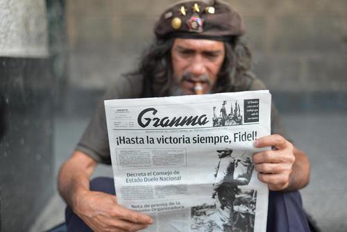 مرد کوبایی در حال خواندن روزنامه در فردای درگذشت کاسترو – هاوانا