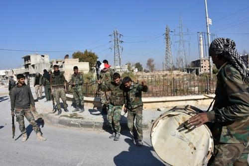 خوشحالی نظامیان دولت سوریه بعد از سیطره بر منطقه الحیدریه شهر حلب در شمال این کشور پس از درگیری با مخالفان مسلح/ خبرگزاری فرانسه