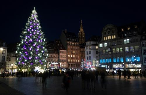 درخت کریسمس در مرکز بازار شهر استراسبورگ فرانسه/ خبرگزاری فرانسه
