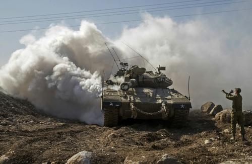 سرباز اسرائیلی در حال هدایت راننده تانک مرکاوا اسرائیل در بخش اشغالی منطقه جولان / خبرگزاری فرانسه