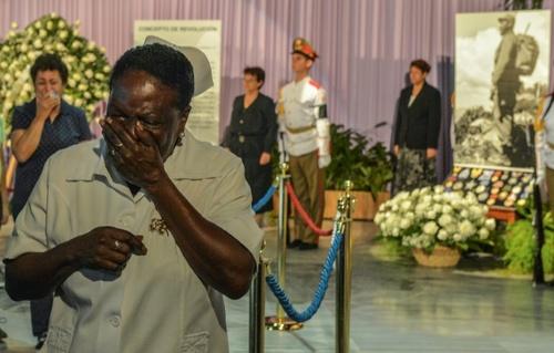 ناراحتی یکی از شهروندان کوبا در مراسم عمومی ادای احترام مردم به فیدل کاسترو در هاوان/ خبرگزاری فرانسه