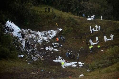 لاشه هواپیمای مسافربری سقوط کرده در کلمبیا که منجر به کشته شدن بیش از 70 نفر شد. 20 روزنامه نگار ورزشی و اعضای یک تیم باشگاهی فوتبال برزیل در میان کشته شدگان هستند.