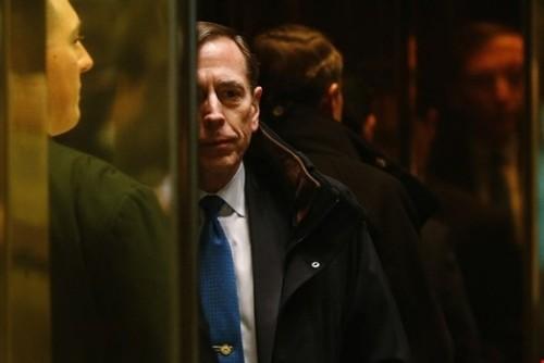 حضور دیوید پترائوس ژنرال بازنشسته ارتش آمریکا در برج ترامپ در نیویورک برای دیدار با ترامپ/ پترائوس یکی از گزینه های ترامپ برای وزارت خارجه است
