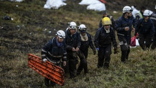 امدادگران در کلمبیا در تلاش برای انتقال اجساد کشته شدگان حادثه سقوط هواپیما