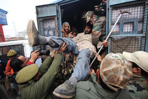 دستگیری فعالان معلول معترض در تظاهرات اعتراضی ضد دولت در روز جهانی معلولان در کشمیر