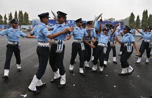 افسران نیروی هوایی هند در آیین اعطای سردوشی – بنگلور