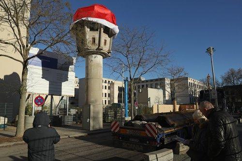 برج دیدبانی یادگار دوران حکومت کمونیستی در شرق شهر برلین با کلاه کریسمس تزیین شده است