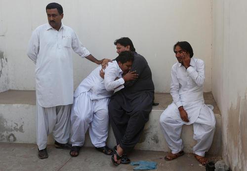 بازماندگان قربانیان یک آتش سوزی در هتلی در کراچی پاکستان