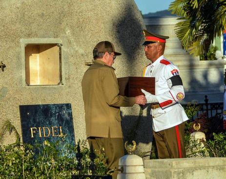 رائول کاسترو رهبر کوبا در حال تحویل گرفتن خاکستر جسد برادرش – فیدل کاسترو – برای دفن است – شهر سانتیاگو کوبا