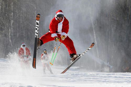 مراسم خیریه جمع آوری اعانه با انجام مسابقات اسکی با لباس بابانوئل – آمریکا