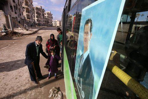 تصویر بشار اسد روی اتوبوس مسافربر بین دو بخش غربی و شرقی شهر حلب سوریه