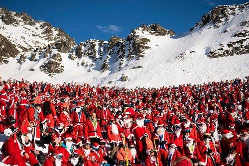 آغاز فصل اسکی در سوییس با حضور 1200 اسکی باز با لباس بابانوئل