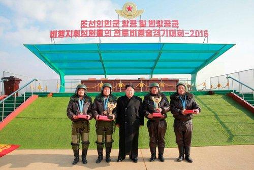 عکس یادگاری رهبر کره شمالی با جمعی از افسران نیروی هوایی این کشور در یک پایگاه نیروی هوایی در پیونگ یانگ