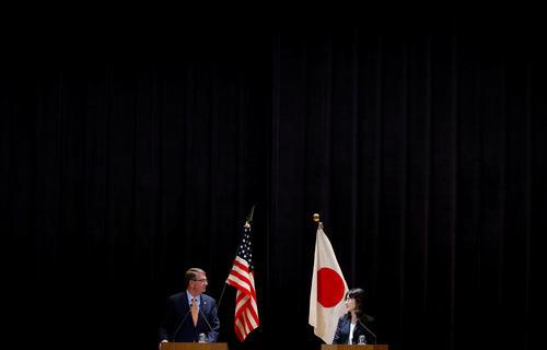 نشست خبری مشترک اشتون کارتر وزیر دفاع آمریکا با همتای ژاپنی در مقر وزارت دفاع ژاپن در توکیو