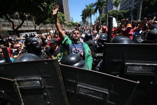 اعتراض مردم برزیل به سیاست های ریاضت اقتصادی و کاهش بودجه دولت در شهر ریودوژانیرو