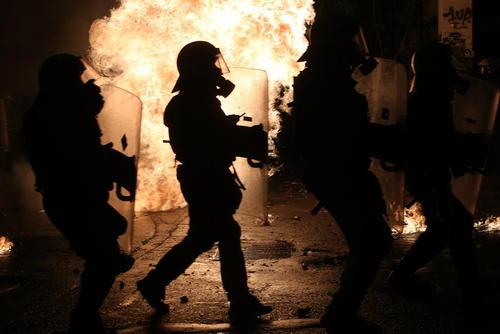 تظاهرات شبانه آنارشیست ها و چپ های افراطی یونان بر ضد دولت – آتن