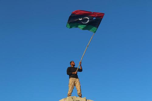 شادمانی نیروی دولتی لیبی با برافراشتن پرچم این کشور از فراز یک بلندی در شهر سرت به منظور پاکسازی کامل این منطقه از وجود داعش پس از جنگ چند ماهه