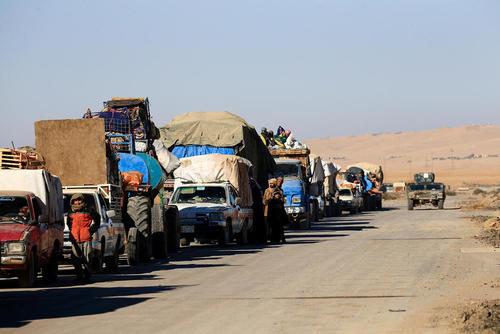 شهروندان عراقی در حال خروج از شهر موصل