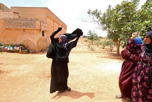 برداشتن نقاب از صورت زنان در یک روستا در استان حلب سوریه پس از اینکه نیروهای کرد با پشتیبانی هوایی آمریکا این روستا را از اشغال داعش آزاد کردند