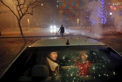 جشن سال نو چینی و مادر و دختر چینی داخل خودرو