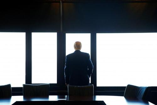دونالد ترامپ از اقامتگاه خود در حال تماشای دریاچه میشیگان است
