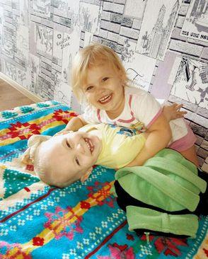 دو کودک 2 و 4 ساله پدچاپکا.  آنها از پدر جدا هستند. دانیل کودک 2 ساله در اثر گرسنگی جان داده است