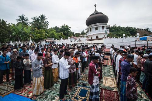 اولین نماز جمعه پس از زلزله هفته گذشته در آچه اندونزی