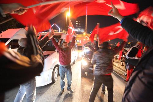 تظاهرات هزاران ملی گرای ترکیه در محل انفجار شنبه شب در محله  بشیکتاش استانبول در فردای انفجار